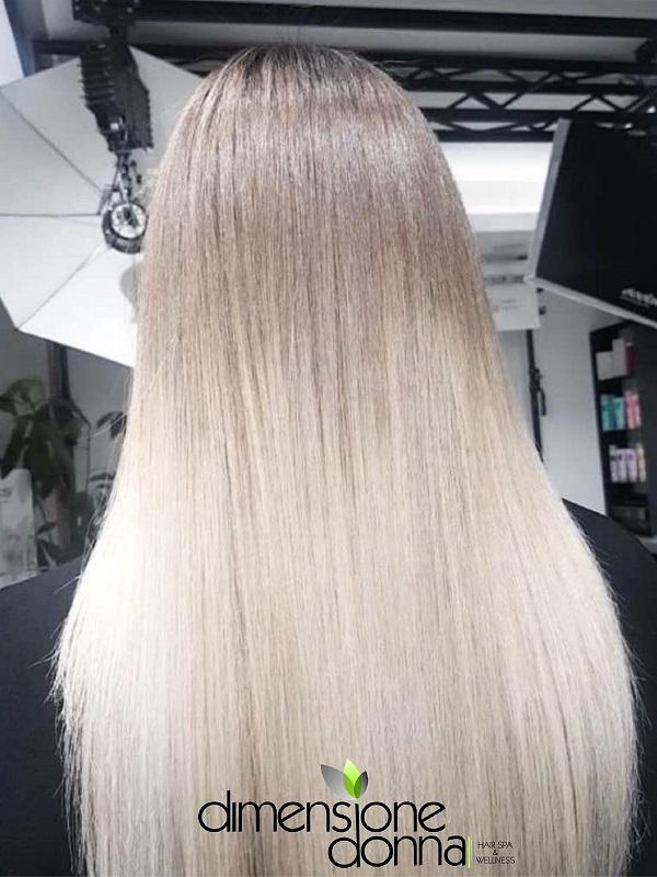 Effetti colore ultra blonde con mix naturalissimoe coordinato con la radice naturale in modo da evitare stacchi netti con la base.