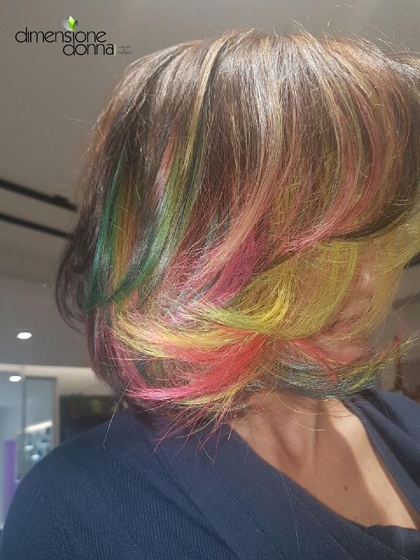 Effetto multicolor vibranti da poter effettuare con qualsiasi tonalità e tipo di colorazione. Ispirata a sfumature di colori quotidiani che si possono incontrare.