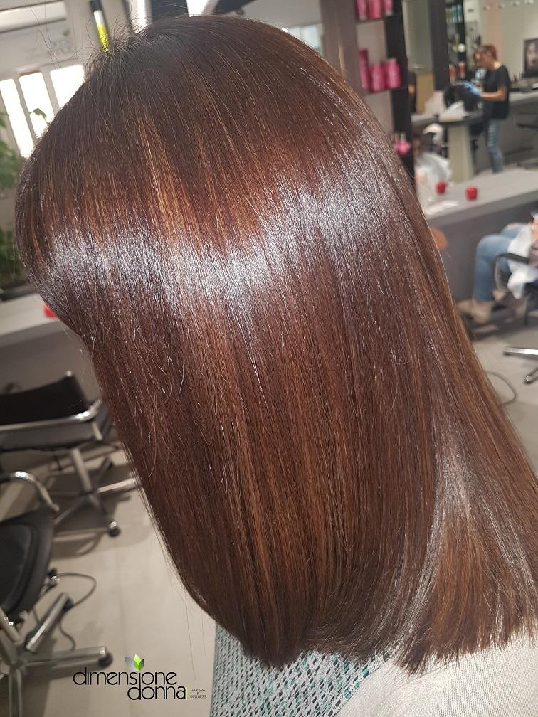 Effetto colore naturalissimo, con schiariture su colore per un risultato finale vedo/non vedo. Richiamo il capello naturale con le sue venature di riflesso.
