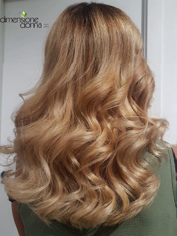 Effetti colore ultra blonde con mix naturalissimo e coordinato con la radice naturale in modo da evitare stacchi netti con la base.